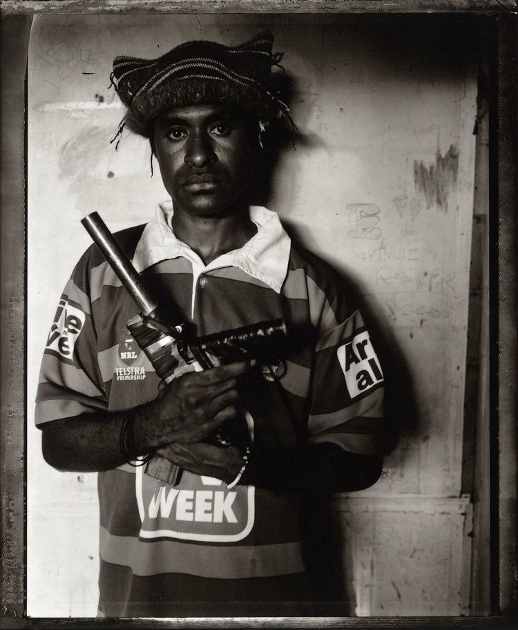 Вооруженные до зубов молодежные банды папуасов