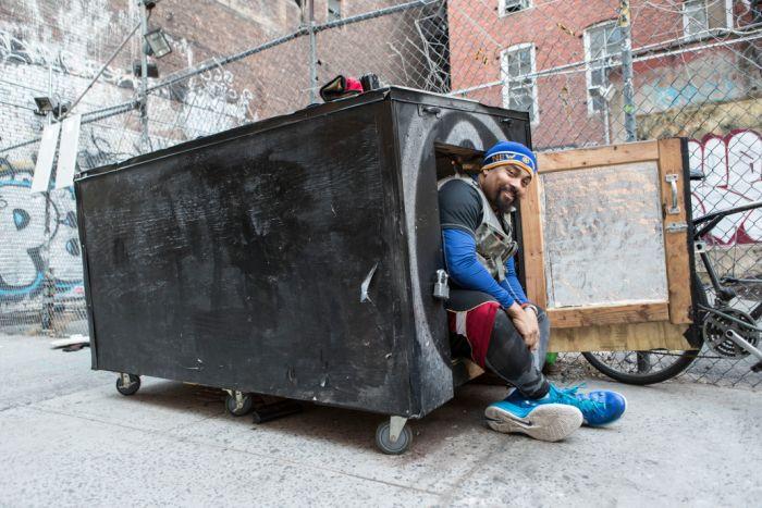 Нью-йоркский бездомный живет в деревянной коробке