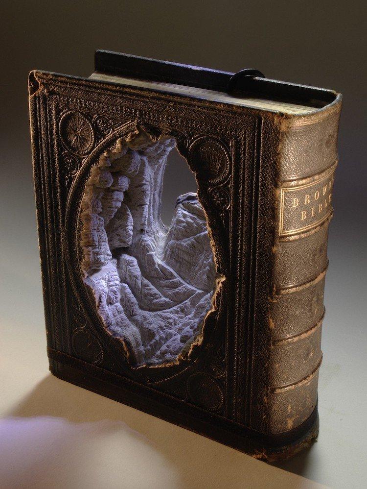 Скульптуры и произведения искусства из книг
