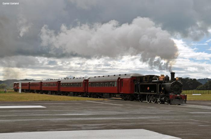 Аэропорт Гисборн, где взлётную полосу пересекает железная дорога
