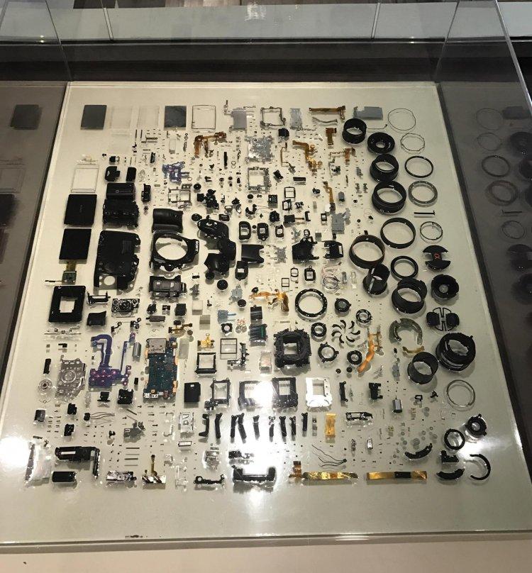 Цифровая зеркалка в разобранном состоянии
