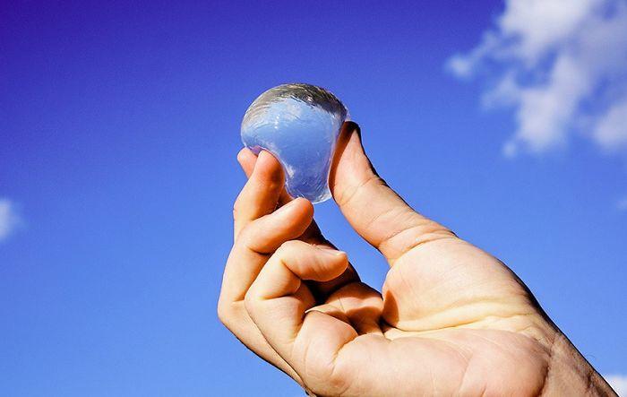 Водяные пузыри Ooho могут стать заменой пластиковой бутылке