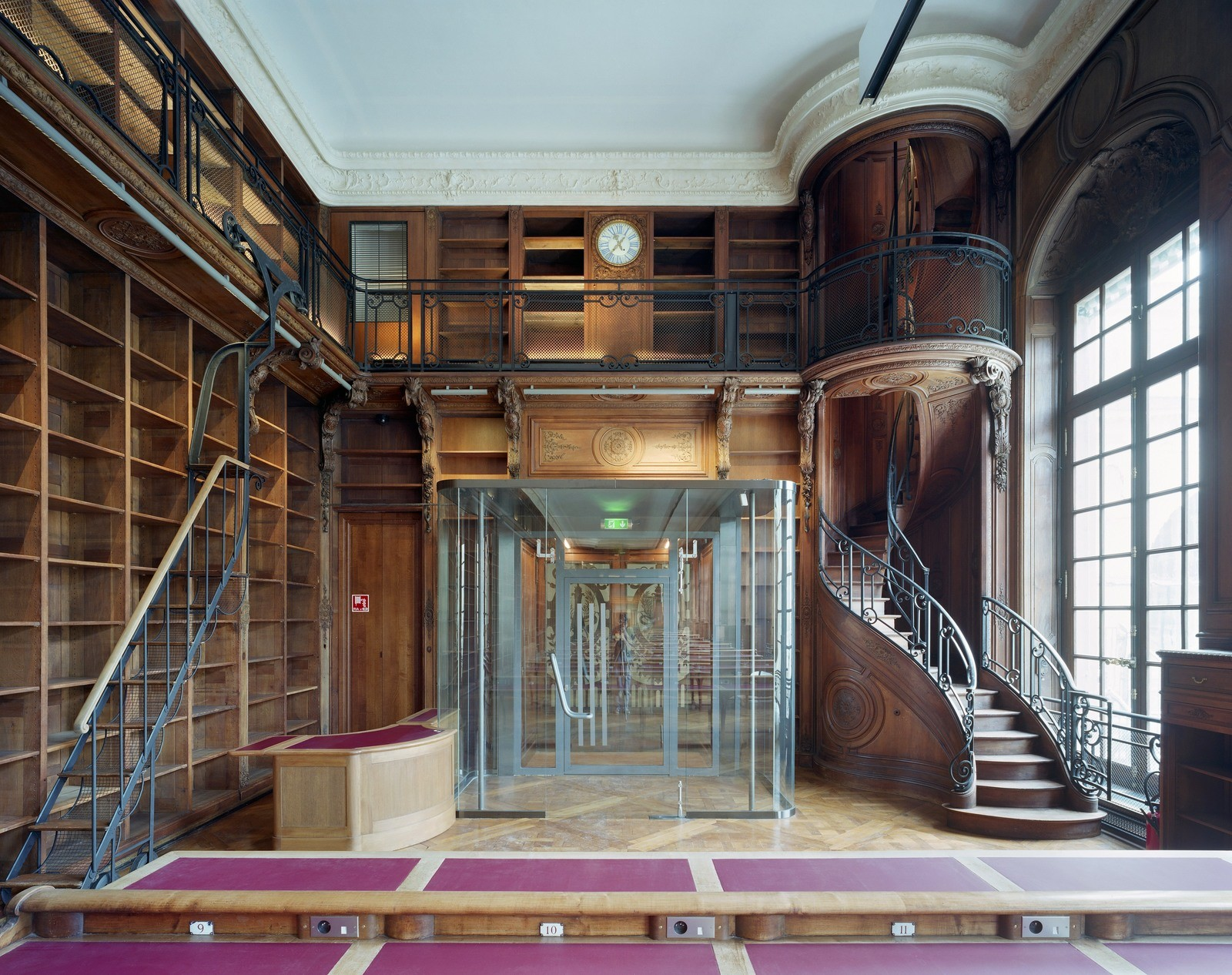 Интерьер французской Национальной библиотеки в Париже