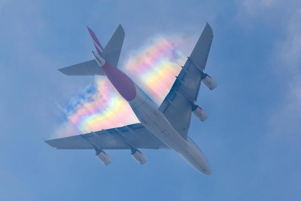 Радужный след в небе над самолетом