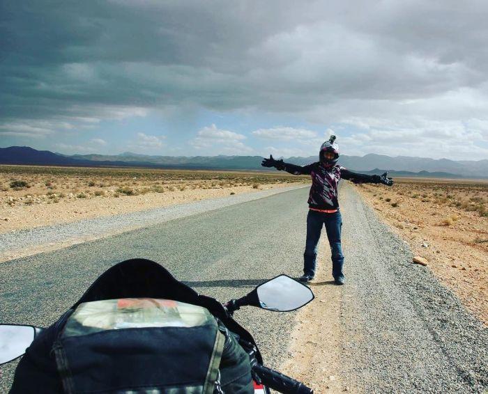 Смелая девушка отправилась в путешествие на мотоцикле