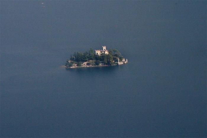 Замок на острове