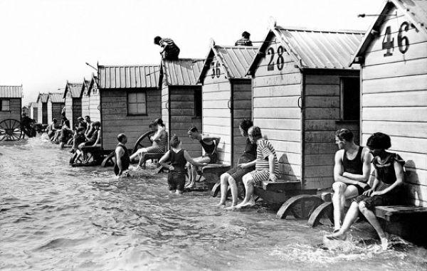 Купальные машины позволяли дамам плавать голышом