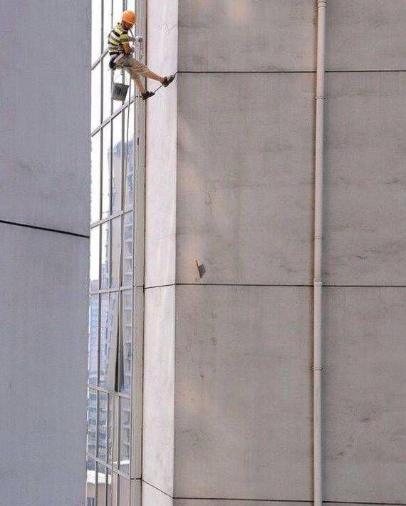 Нож в стене на 45 этаже