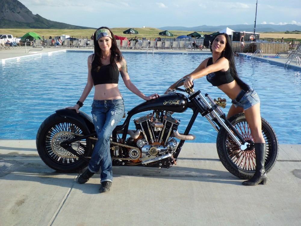 Красивые девушки и мотоциклы