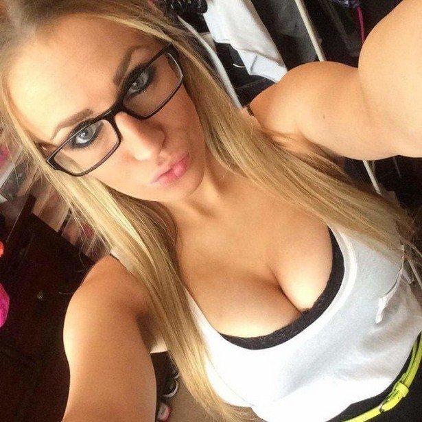 Красивые девушки любят селфи
