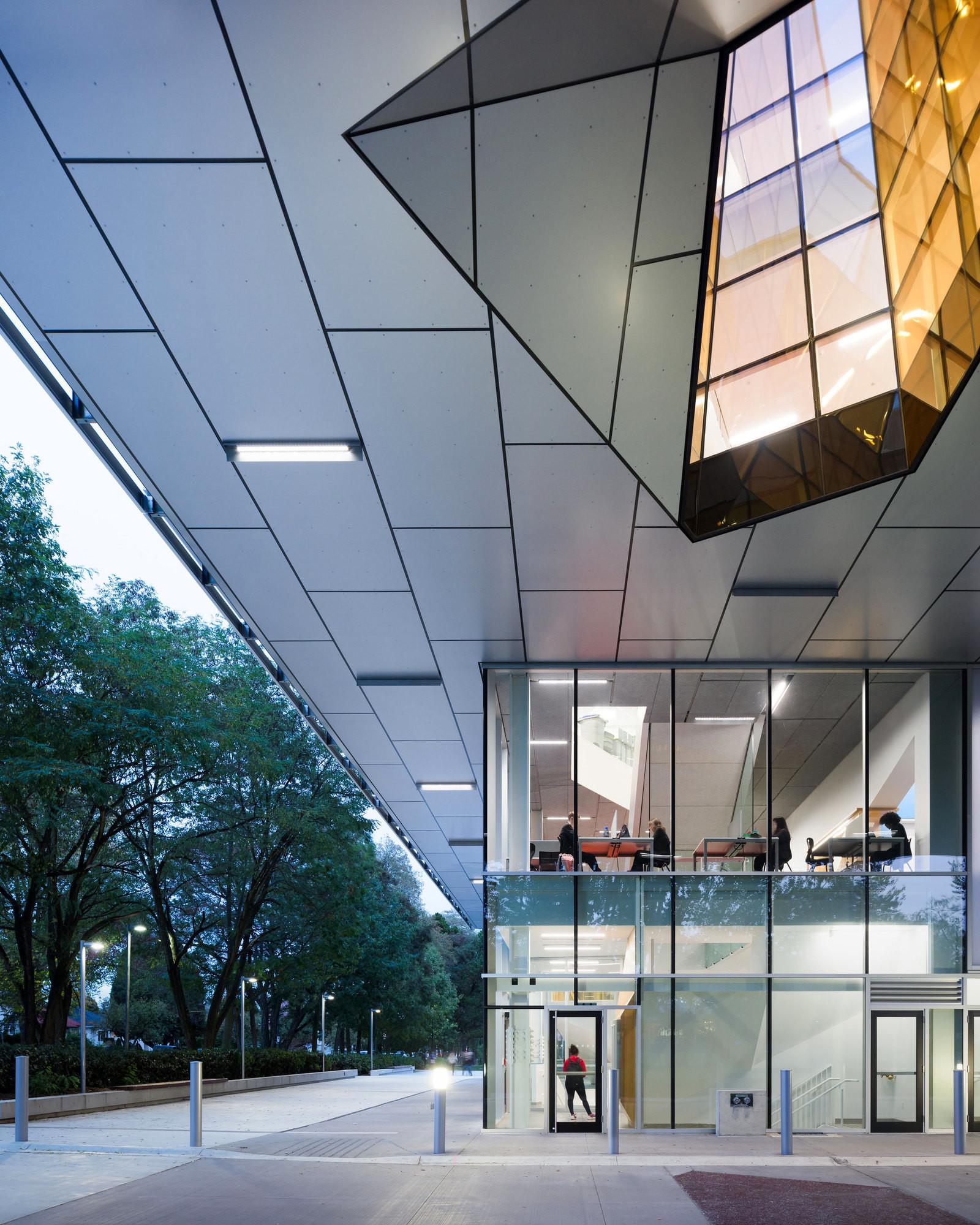 Необычная архитектура одного из зданий Колледжа Лангара в Ванкувере