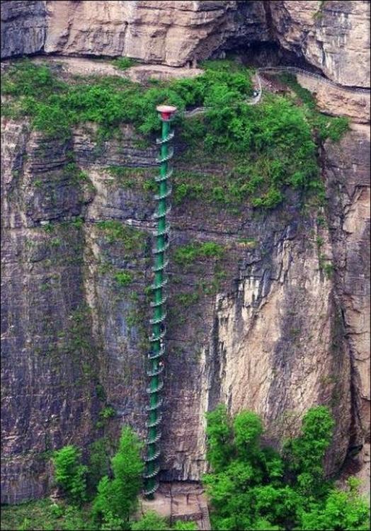 Невероятная винтовая лестница в горах Китая