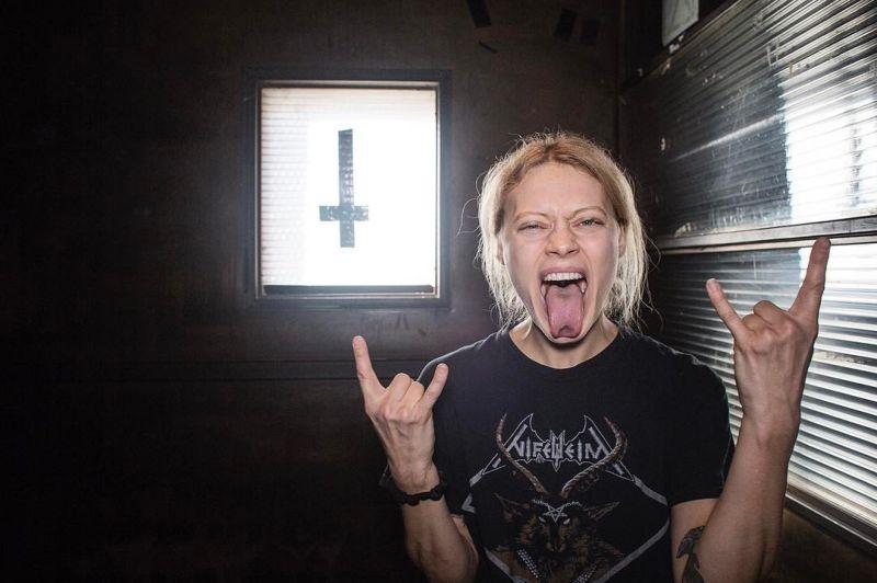 Немка открыла в Нью-Йорке курсы хеви-метал-йоги