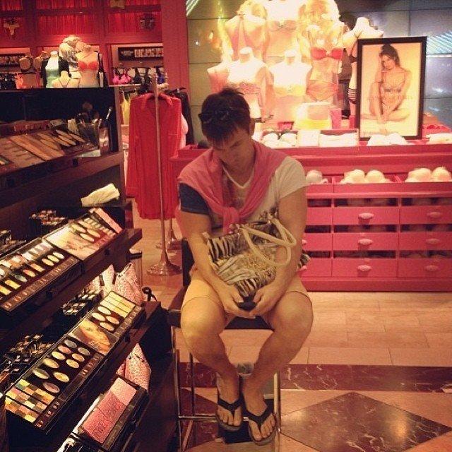 Мужчины на шопинге