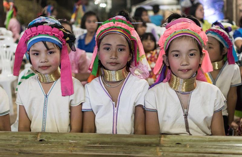 Женщины-жирафы Таиланда по-прежнему цепляют на шею кольца