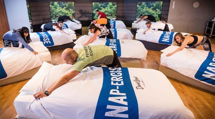 Фитнес-клуб устраивает 45-минутные тренировки, во время которых все спят