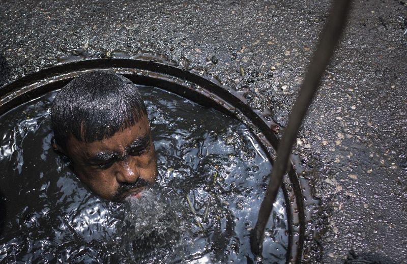 Грязная работа канализационного ныряльщика из Бангладеш