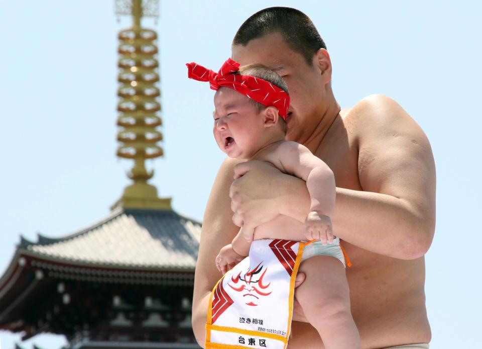 Борцы сумо доводят детишек до слез