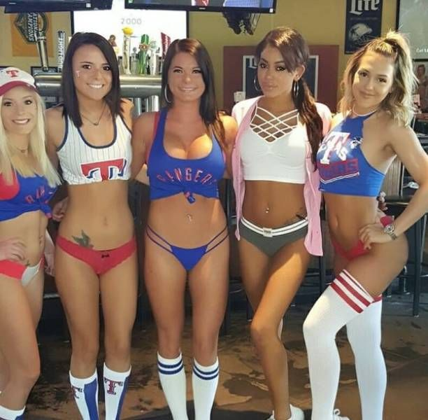 Очаровательные работницы спортивных баров
