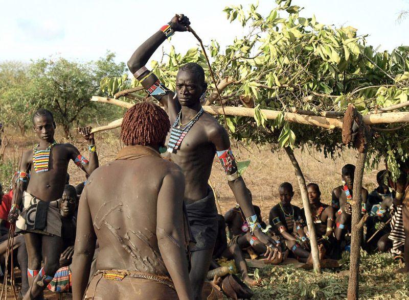 Эфиопские женщины ради любви умоляют своих мужчин избить из кнутом