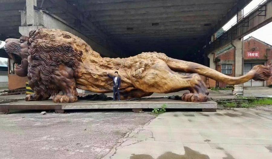 Самая большая в мире скульптура льва из цельного дерева