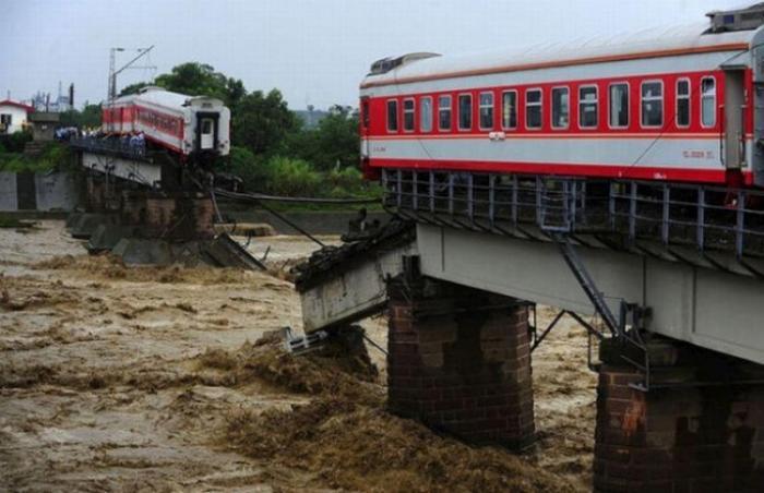 В Китае смыло поезд
