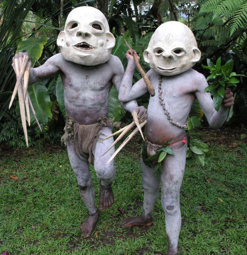 Папуасы в глиняных масках наводят страх на врагов