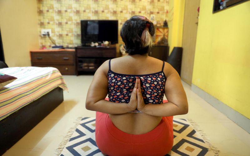 Лишний вес не мешает индианке успешно заниматься йогой