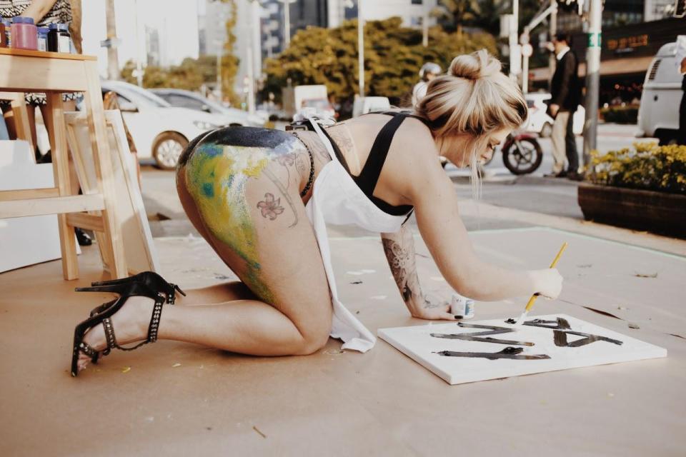 Экс-Miss Bumbum рисует картины задницей