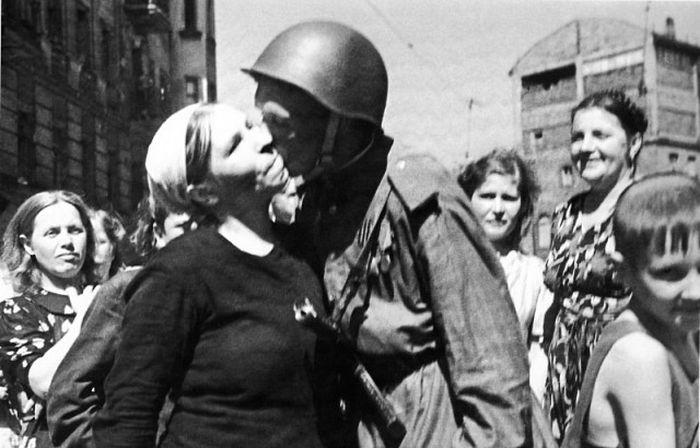 Бойцы Красной армии возвращаются домой