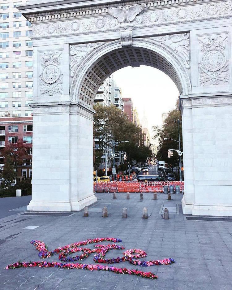 Флорист ярко оформляет уличные детали Нью-Йорка