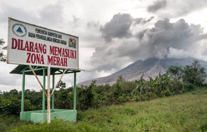 Город-призрак у подножия действующего вулкана