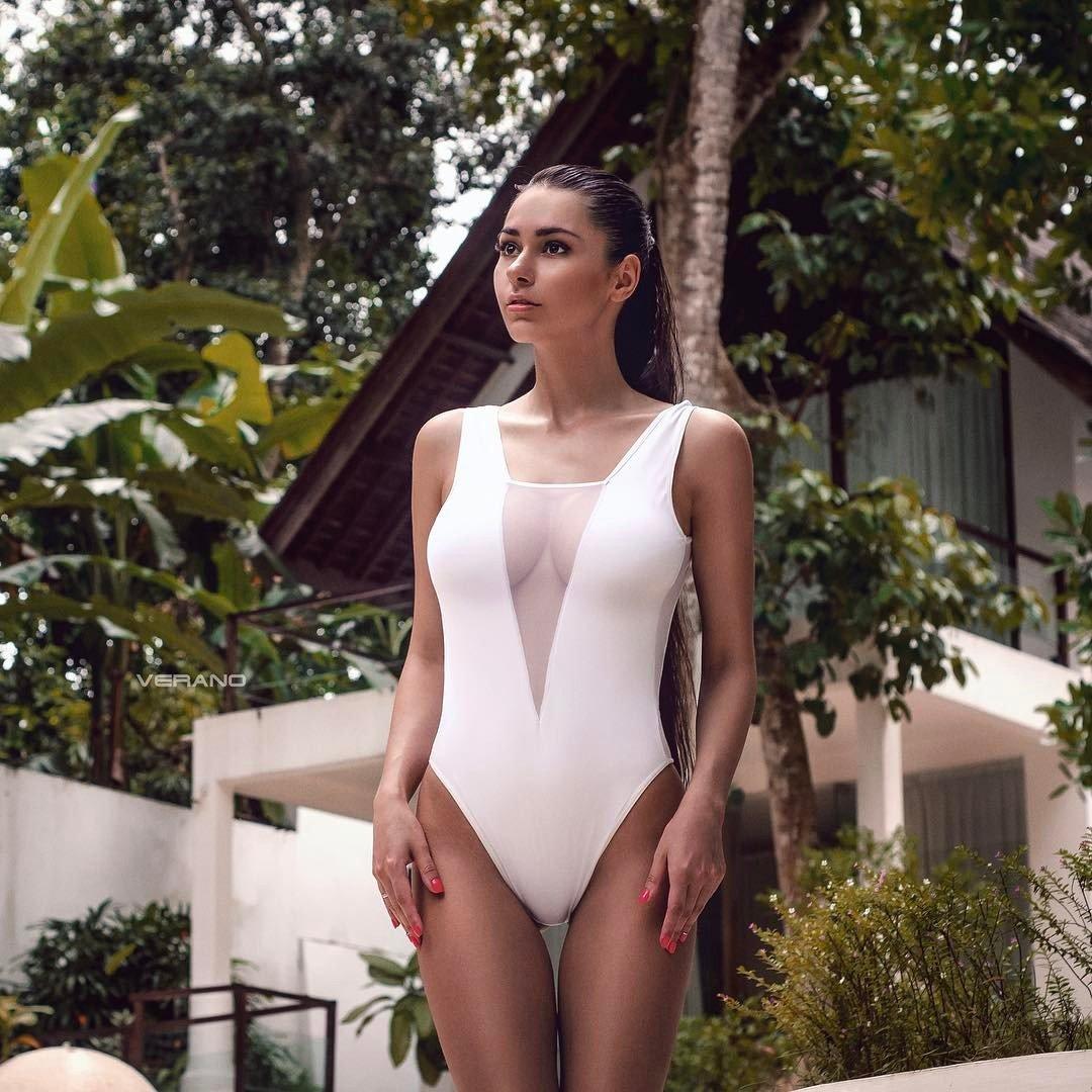 Красивые девушки в белых купальниках