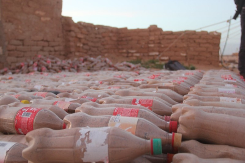 Жилище из песка и пластиковых бутылок