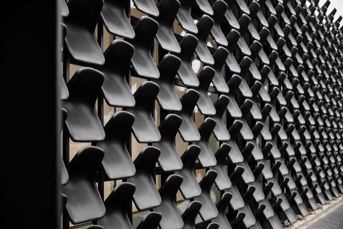 Мебельный салон с фасадом из пластиковых стульев