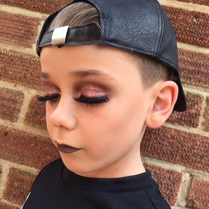 10-летний мальчик поразил интернет своими навыками макияжа