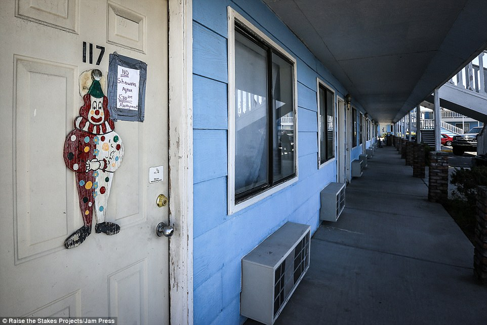 Мотель с жуткими клоунами и кладбищем по соседству