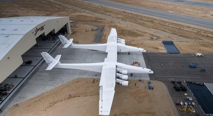 Гигантский транспортный самолет Stratolaunch