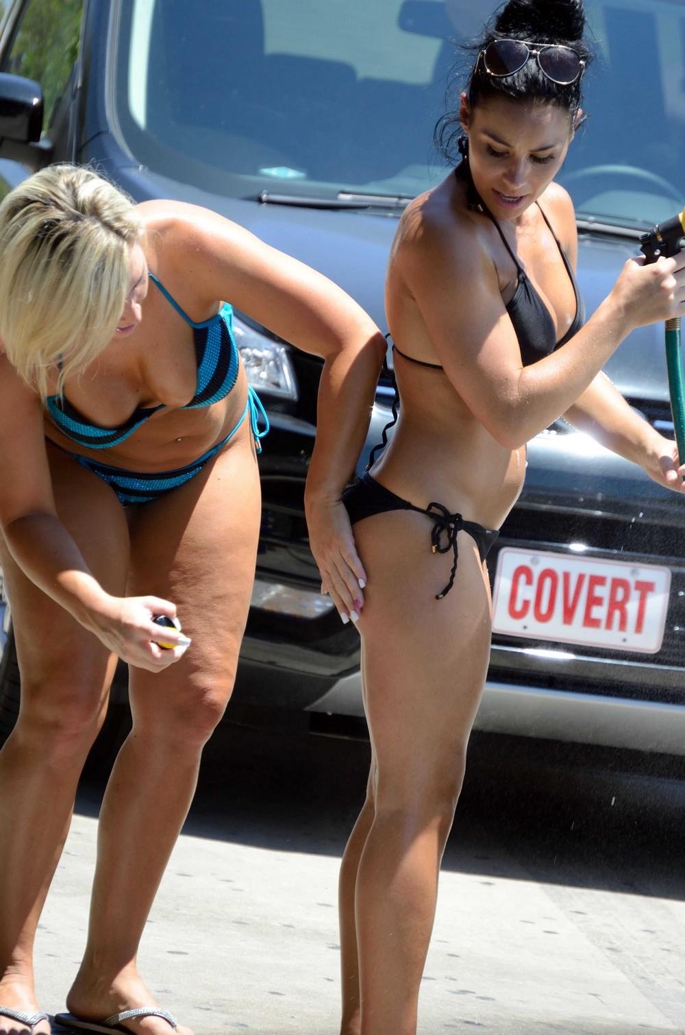 Красивые девушки и автомойка в бикини