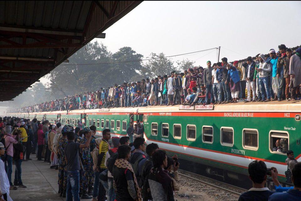 Час пик на железной дороге в Бангладеш