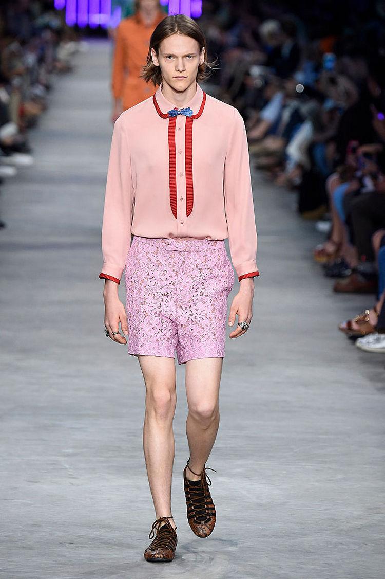 Новый модный тренд: кружевные шорты для мужчин