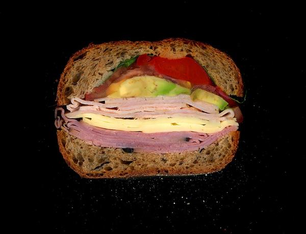 Дизайнер сканирует сэндвичи в разрезе