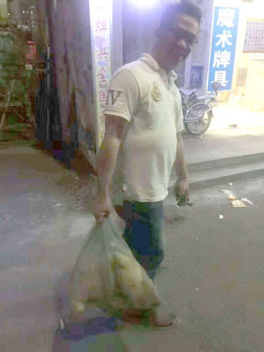 Китаец спас собаку, продававшуюся на убой