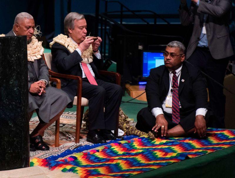 Полуголые мужики на международной конференции