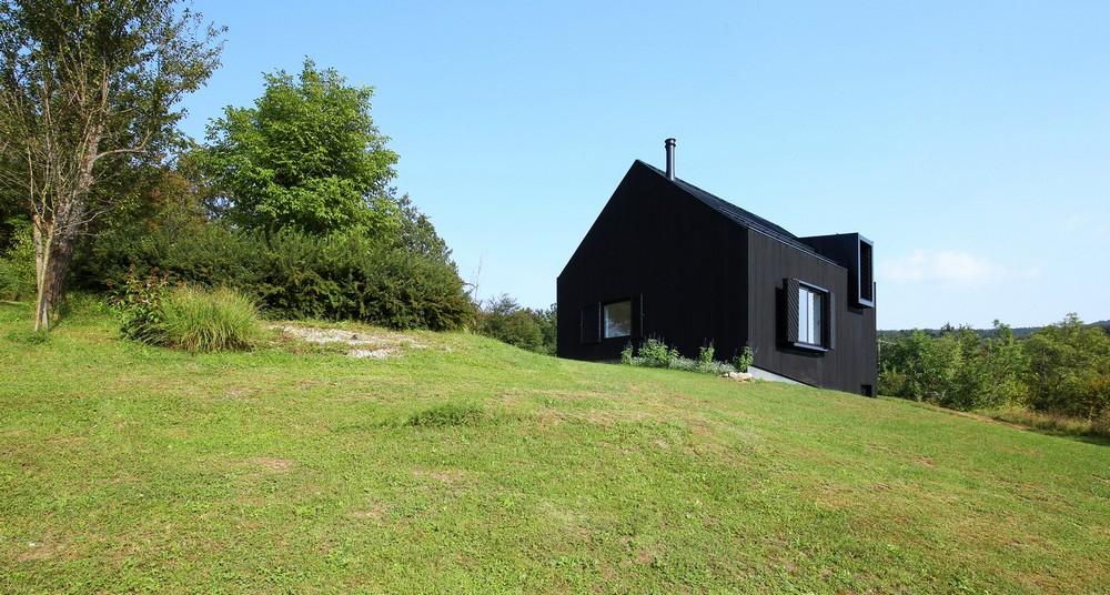 Чёрный коттедж в горах в Хорватии