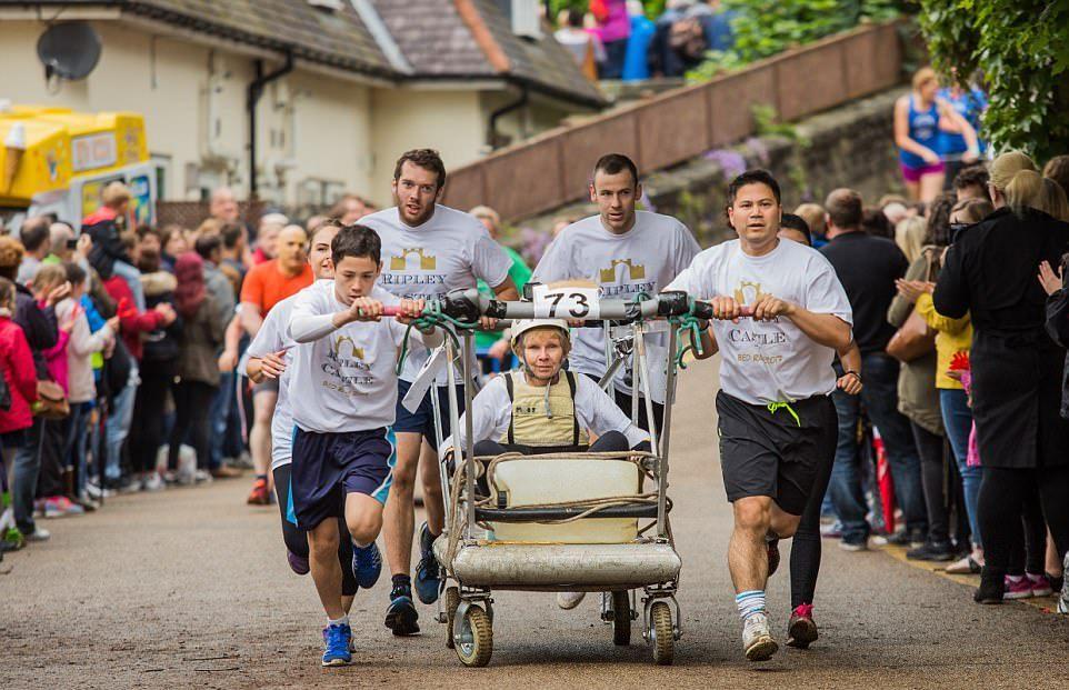 Благотворительные гонки на кроватях в Нерсборо