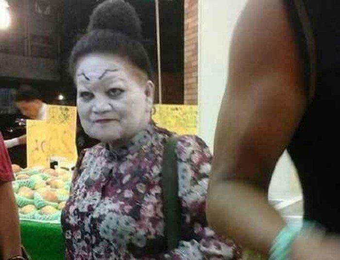 Они не могли остановиться и продолжали наносить макияж