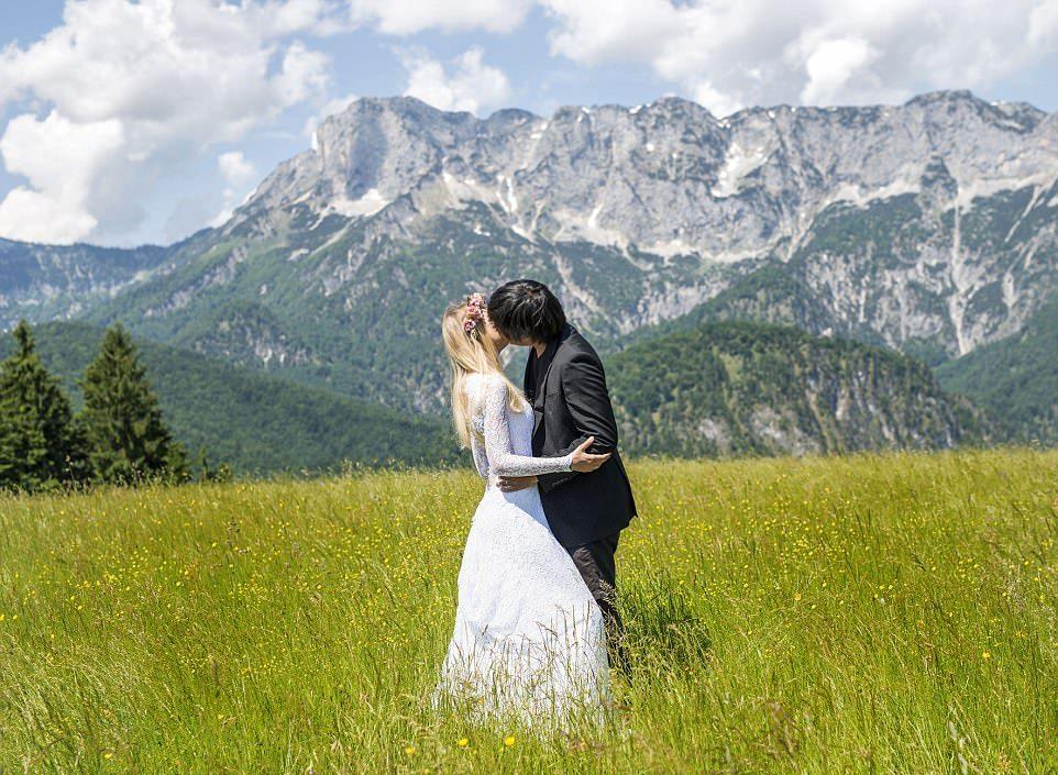 Молодожены воссоздали первый поцелуй в живописных местах