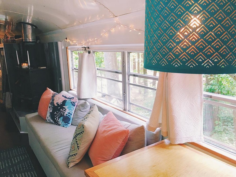 Молодожены из США отказались от квартиры и поселились в автобусе