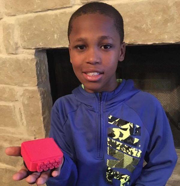 10-летний мальчик работает над устройством для детей, оставленных в автомобилях